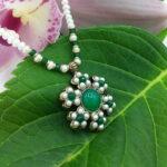 Girocollo di perle naturali di acqua dolce del 3 mm. Pendente in lega ottone/ rame trattata Oro Antico.