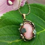 Girocollo di perle naturali di acqua dolce con pendente in lega ottone / rame trattata oro antico